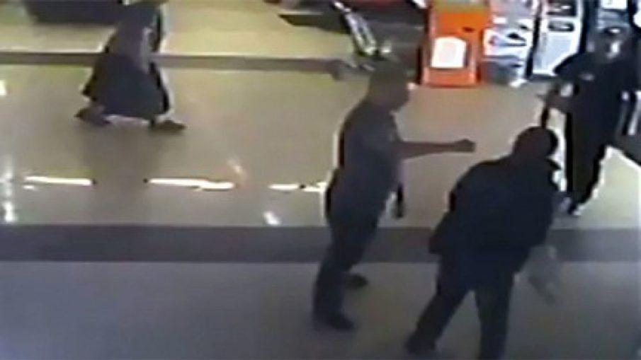 Посетитель супермаркета охранника