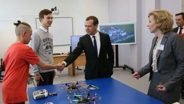 «ученые» Великого Новгорода представили премьер-министру фигуру слона