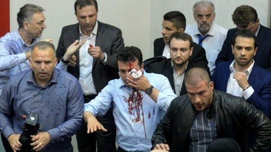 протестующие штурмуют парламент