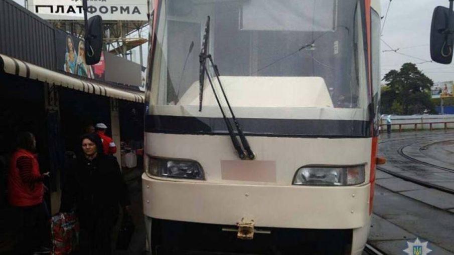 кусок металла пробил пол трамвая