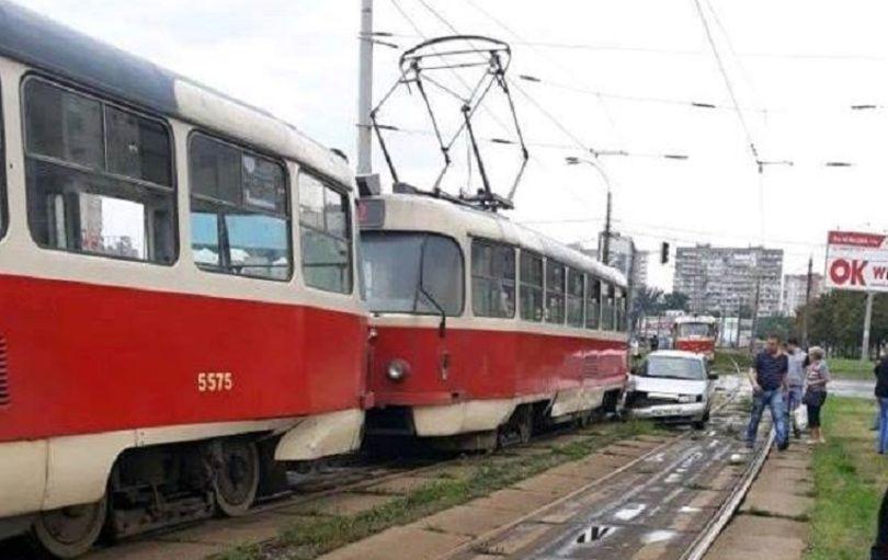 легковушка протаранила трамвай
